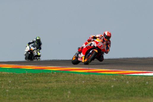 El piloto español Marc Márquez durante las pruebas clasificatorias para el Gran Premio Michelín de Aragón, que se celebrará este domingo en el circuito turolense de Motorland Alcañiz, en Alcañiz.