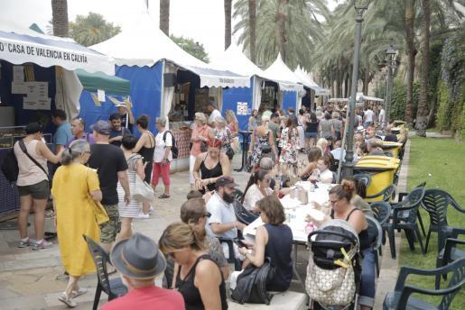 El Passeig de Sagrera acoge desde ayer la Feria de Tapeo de Casas Regionales donde se dio cita numeroso público para degustar especialidades muy típicas