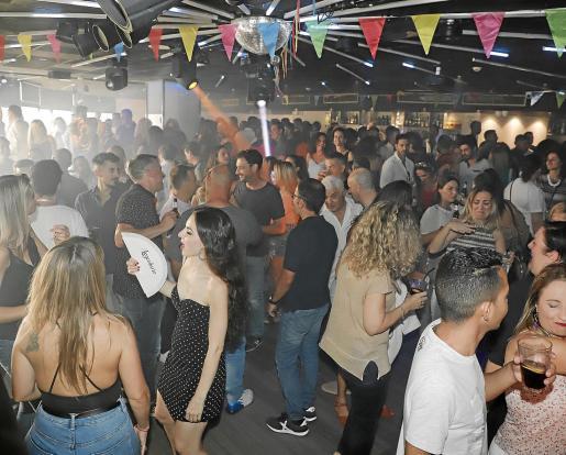 La pista de baile de Sala Luna se llenó desde el primer momento con gente ávida de bailar y pasarlo bien.