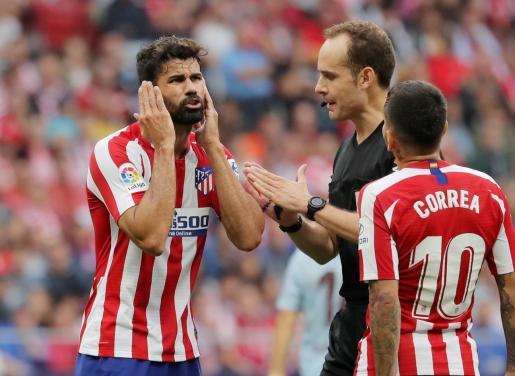 Diego Costa, delantero del Atlético de Madrid, habla con el árbitro del partido, Mario Melero Lopez.
