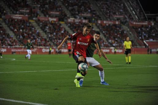 Aleix Febas, centrocampista del Mallorca controla el balón ante Ander Capa, del Athletic, durante el partido de la cuarta jornada de la Liga Santander en Son Moix.