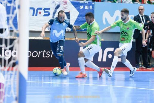 El jugador del Movistar Inter Ricardinho trata de marcharse de Ximbinha, del Palma Futsal, en un momento del partido disputado entre ambos equipos en el pabellón Jorge Garbajosa.