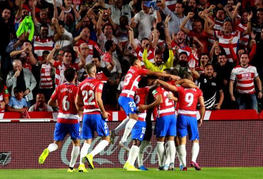 Los jugadores del Granada celebran su primer gol ante el Barcelona en el partido de LaLiga disputado este sábado en el estadio Nuevo Los Cármenes.