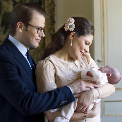 Fotografía facilitada por la Casa Real sueca fechada el 13 de marzo de la princesa Victoria de Suecia y del príncipe Daniel junto a su hija recién nacida, la princesa Estelle, en el castillo de Haga.