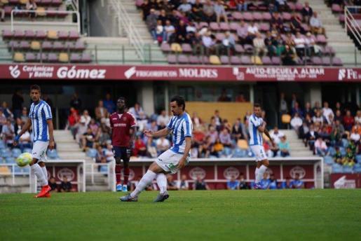 El jugador del Atlético Baleares Aurtenetxe manda un balón largo durante el partido ante el Pontevedra en el estadio de Pasarón.