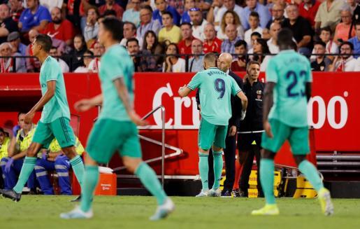 Karim Benzema, delantero del Real Madrid, celebra con Zinedine Zidane su gol en el estadio Sánchez Pizjuán.