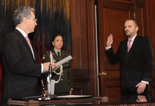 Miguel Bosé realiza el juramento ante el presidente colombiano, Àlvaro Uribe Vélez, durante la ceremonia de concesión de la ciudadanía al artista en el Palacio de Nariño de Bogotá.