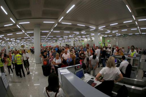 Turistas de Thomas Cook, esperando en el aeropuerto de Palma para ser repatriados.