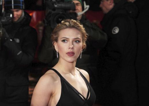 Fotografía de archivo de la actriz estadounidense Scarlett Johansson al llegar a la entrega de premios Golden Camera en Berlín.