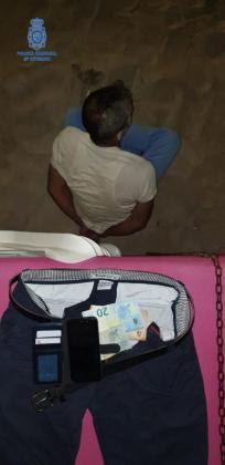 Los agentes lo interceptaron pero intentó darse a la fuga corriendo y tiró el pantalón al suelo.