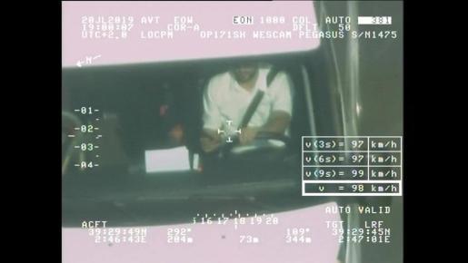 Imagen captada por el helicóptero Pegasus de un conductor consultando el móvil.