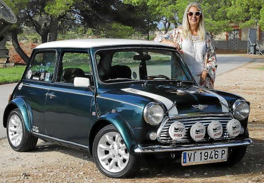 Caty Folch nos muestra orgullosa su Mini Cooper de 1990.