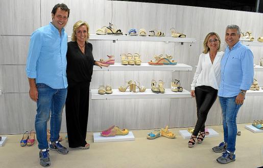 Juan, Marta y Carmina Coll y Quique Haro, ante su estand de ShoesRoom by Momad, en Madrid.