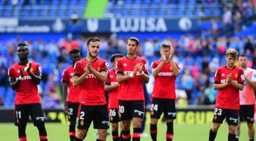 Los jugadores del Real Mallorca saludan a los aficionados bermellones que asistieron al encuentro en el Coliseum Alfonso Pérez de Getafe.
