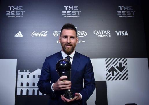 Leo Messi con el trofeo 'The Best' tras recogerlo en el evento celebrado en Milán.