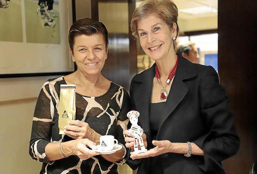 La presidenta del Grup Serra, Carmen Serra, obsequió con un siurell a la embajadora, quien correspondió con una taza para tomar un buen 'café tinto' colombiano.