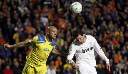 Higuain (derecha) y el jugador del Apoel, Paulo, luchan por el balón en uno de los momentos del partido.