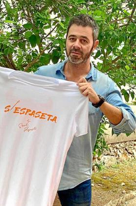 Tomeu Vicens posa con la nueva camiseta de la peña s'Espaseta.