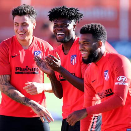 Los jugadores del Atlético de Madrid José María Giménez, Thomas Partey y Lemar bromean durante el entrenamiento.