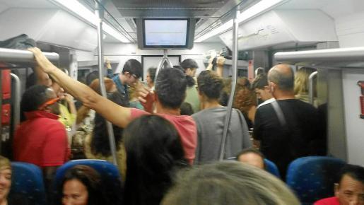 Imagen facilitada por la Associació d'Usuaris del Tren en el interior de un vagón durante la hora punta matutina.
