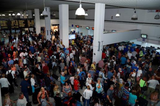 Turistas británicos en un aeropuerto afectados por la quiebra de Thomas Cook.