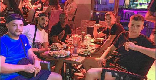 Los cinco turistas británicos que fueron expulsados del hotel en Magaluf tras negarse a pagar 1.800 euros.
