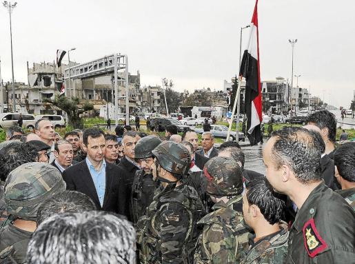 El presidente Bachar al Asad visitó ayer el barrio rebelde de Baba Amr, en Homs, reconquistado por el Ejército.