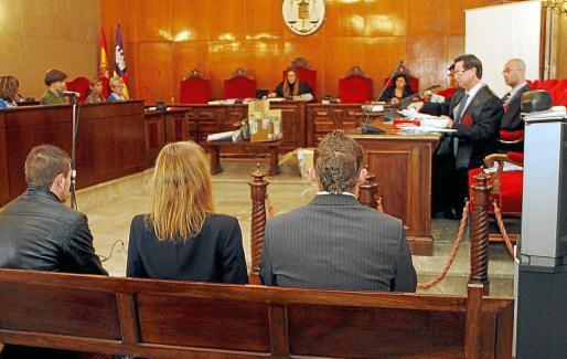 El acusado del crimen (primero a la izquierda) durante el juicio.