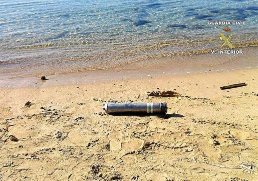 Una de las dos bengalas encontradas estos días en la playa.
