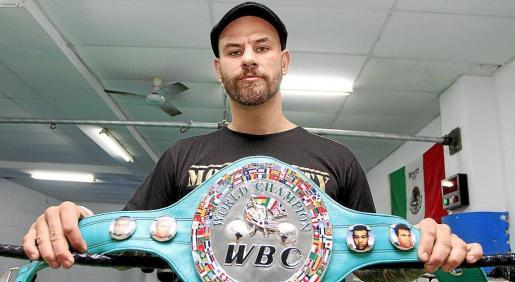 David Quiñonero posa con el cinturón de campeón del mundo plata del Consejo.