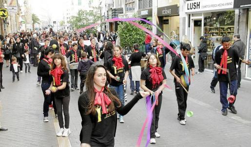 Las cooperativas de enseñanza de Balears organizaron ayer un 'cercavila' reivindicativo que recorrió las calles de Ciutat a ritmo de 'batucada' y música, además de muestras de malabarismo.