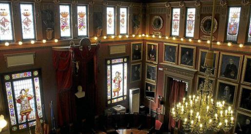 Los dos maceros y algunos de los vitrales restaurados de la sala de plenos del Ajuntament de Palma.