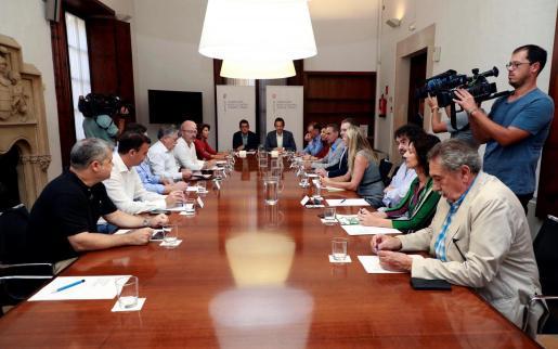 El conseller de Modelo Económico, Turismo y Trabajo, Iago Negueruela (c-i), se reúne con representantes de los agentes económicos y sociales vinculados al sector turístico para mantenerlos al corriente de la reunión con el Ministerio de Turismo en relación con la quiebra del turoperador británico Thomas Cook.