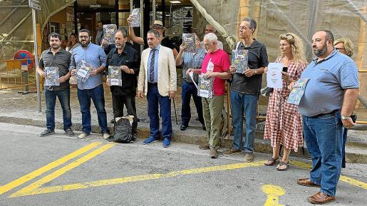 Representantes de distintas entidades culturales apoyaron a Joan Sala y le acompañaron a los juzgados.