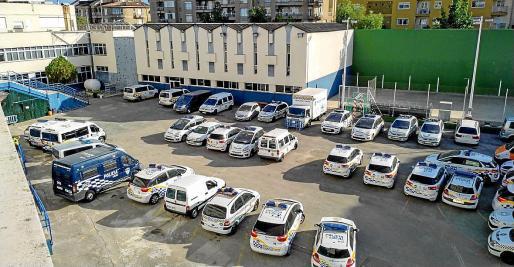 Imagen de este miércoles de coches patrulla que esperan en el cuartel de San Fernando el momento de su reparación.