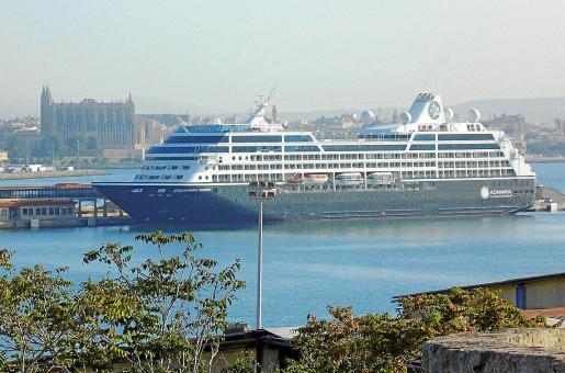 Aspecto del crucero dedicado al intercambio de parejas a su llegada al puerto, con la Catedral de fondo.