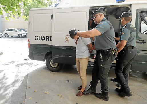 Serhat K., uno de los sospechosos, custodiado por la Guardia Civil en los juzgados de Palma.