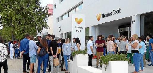 Medio centenar de empleados se concentró a las puertas de la sede.