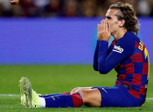 El delantero francés del FC Barcelona, Antoine Griezmann, se lamenta de una ocasión fallada durante el encuentro correspondiente a la sexta jornada de Primera División disputado frente al Villarreal en el Camp Nou.