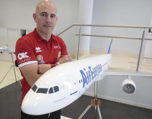 El entrenador Félix Alonso posa junto a una maqueta de un avión de Air Europa.        FOTO: BOTA