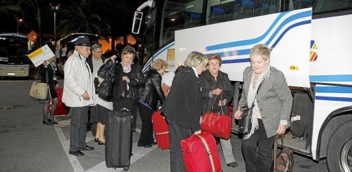 Turistas del Imserso que llegaron en la noche de ayer, en el momento del traslado al hotel desde el aeropuerto.