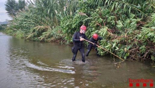 Imagen de la búsqueda del bebé en el río Besós.