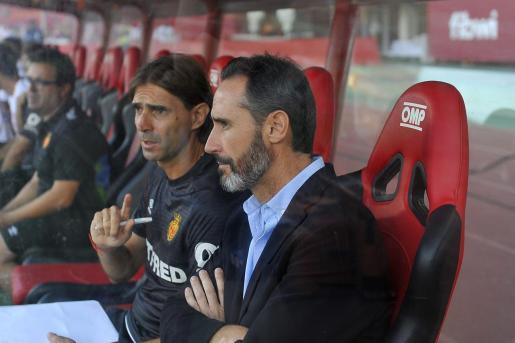 Vicente Moreno, entrenador del Mallorca, junto a su segundo, Dani Pendín, en el banquillo del estadio de Son Moix.