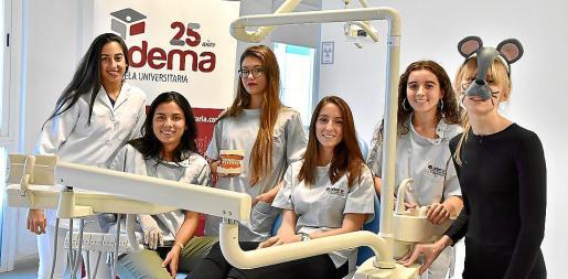 Las embajadoras del Ratón Pérez durante la recogida de dientes en ADEMA.