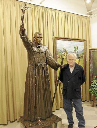 Miguel Garau, ayer junto a la escultura.