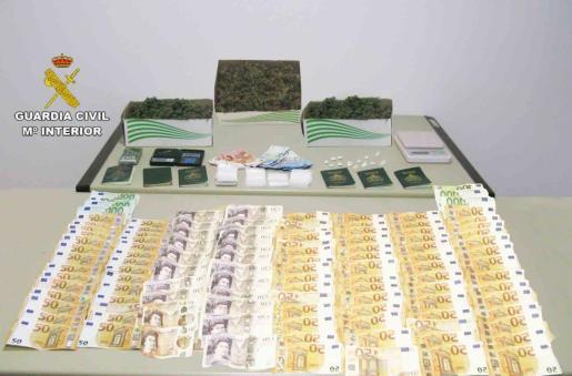 La Guardia CIvil ha incautado diverso material a los detenidos por venta de drogas en Cala d'Or.