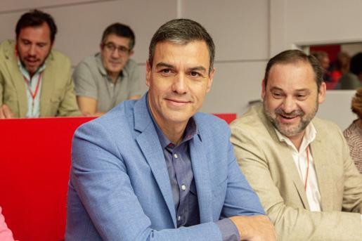 El presidente del Gobierno en funciones, Pedro Sánchez, junto al ministro de Fomento en Funciones, José Luis Ábalos, en la reunión del Comité Federal del PSOE, en Madrid.