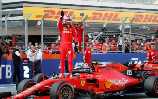 El monegasco Charles Leclerc celebra su 'pole' en el circuito de Sochi.