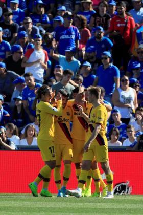 Los jugadores del Barcelona celebran el gol de Luis Suárez ante el Getafe, en el partido correspondiente a la séptima jornada de LaLiga Santander, disputada en el Coliseum Alfonso Pérez de Getafe.