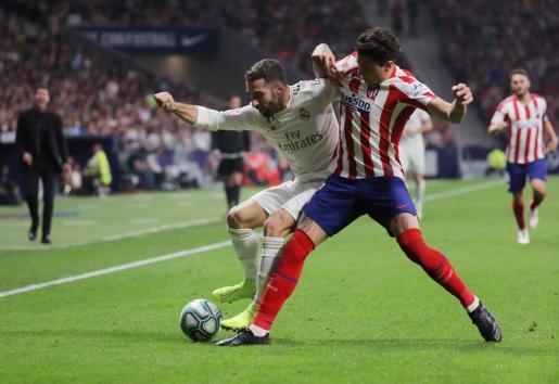 Dani Carvajal junto a Jose Giménez en una acción del encuentro disputado entre el Atlético de Madrid y Real Madrid.
